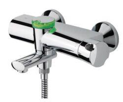 ORAS ETERNA vanová/sprchová termostatická baterie 6375U-ORAS Eterna Termostatická vanová a sprchová baterie, která rychle a přesně reaguje na změny teploty přitékající vody a udržuje tak požadovanou teplotu. Ovládací prvek baterie, kterým ovládáte požadovanou teplotu je opatřen teplotním regulátorem, který lze překonat stisknutím tlačítka na ovládacím prvku. (přednastavená teplota 38°C). Otočné výtokové rameno pohybující se v rozsahu 90° slouží k přepínání proudu vody mezi napouštěním vany a sprchou. Tlačný ovladač EcoLed u baterie Oras Eterna Vám ukazuje Ideální dobu sprchování s ohledem na spotřebu vody a energie. Zároveň také funguje jako regulátor průtoku vody.Sprcha se spouští stlačením EcoLed ovladače. Na EcoLed ovladači bliká zelené signalizační světlo. Pokud je sprcha vypnutá do 2 minut blikajícím zeleným signalizačním světlem oznamuje ekologické sprchování. Pokud je sprcha puštěná déle než 2 minuty problikne červené signalizační světlo. Po 3 minutách začne červené signalizační světlo blikat souvisle. Při dosažení 4 minut sprchování se baterie automaticky vypne. Sprcha může být zastavena, nabo zapnuta kdykoliv, opětovným stisknutím tlačného ovladače EcoLed. Světelnou signalizaci EcoLed lze velmi snadno vypnout.Funkce automatického napouštění vany se spouští otočením výtokového ramena o 90° směrem dopředu a souvislým stlačením EcoLed ovladače po dobu 4 sekundy. Funkce automatického napouštění vany se zaktivuje a voda nepřetržitě teče 10 minut (nastaveno z výroby), po kterých se baterie automaticky vypne. Tuto funkci lze velmi snadno přeprogramovat v rozmezí 0 – 15 minut.Výrobek se dodává včetně etážek a krycích růžic.Baterie je dodávaná včetně filtrů a zpětných klapek. Tlačný ovladač EcoLed je napájen 2x1,5 V litiovými AA bateriemi, které jsou součástí dodávky. Vhodná do každé koupelny